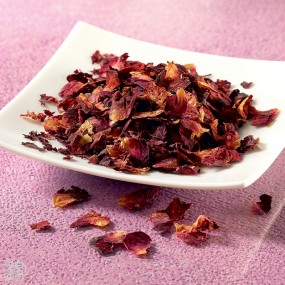 Dried rose petals to infuse