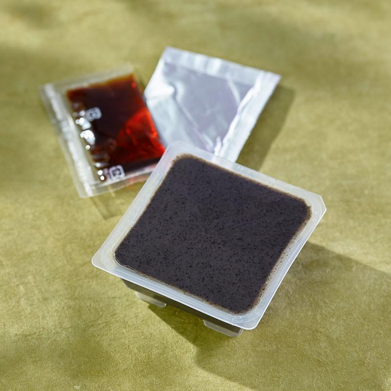 Godofu de sésame noir accompagné de son sucre noir et de Kinako Tofu & Yuba